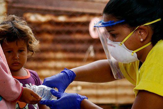 © Rehabilitarte/Albanis Oliva Una coordinadora de una ONG local ayuda a poblaciones en Venezuela en medio de la pandemia de COVID-19.