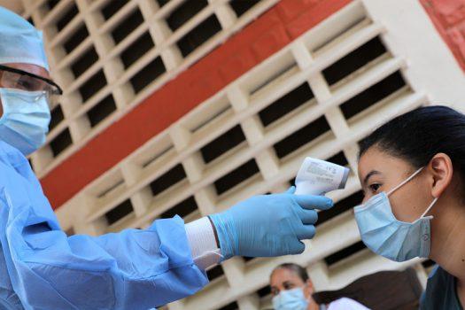 OCHA/Gema Cortes Un control de temperatura por el coronavirus en un albergue en Venezuela